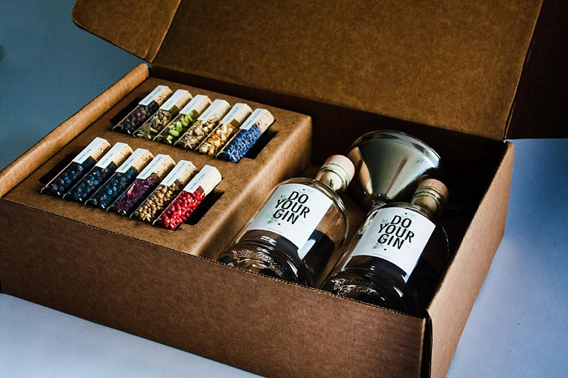 Perfect modern make your own gin gift kit to give to wedding party friends on your wedding day