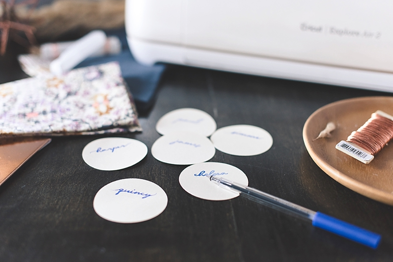 How to make round paper place cards with Cricut Design Space for your wedding reception